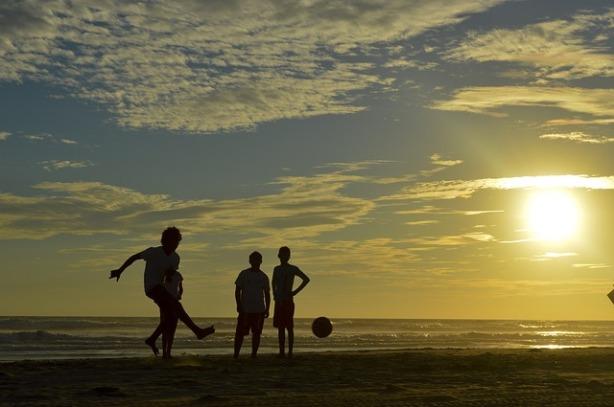 Fútbol niños playa